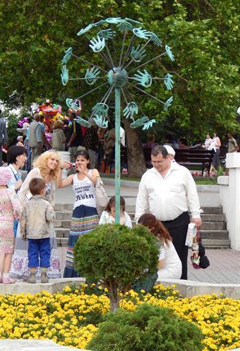 В   Севастополе  расцвел  трехметровый  «Одуванчик»