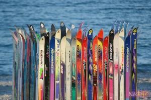 Необычная пляжная раздевалка, сделанная из горных лыж