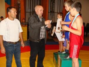 Награды вручает сельский голова Олег Русецкий.