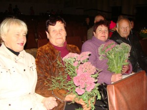 Зрители на концерт пришли с цветами.