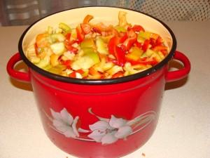 кастрюля с овощами