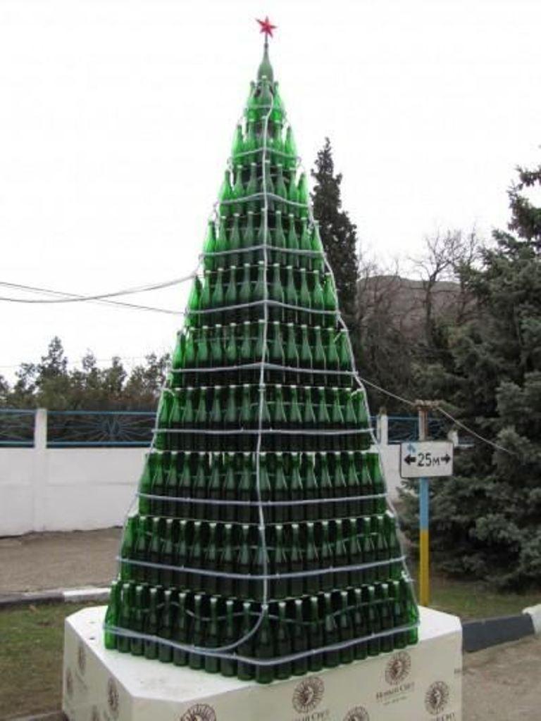 В Новом Свете создали   елку из бутылок
