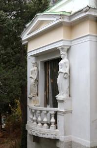 Кареатиды на фасаде здания