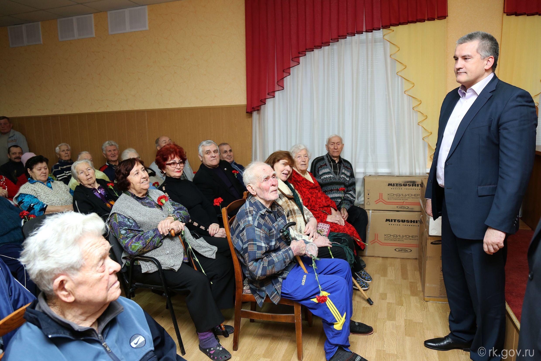Аксенов подарил госпиталю  два кондиционера и пообещал томограф