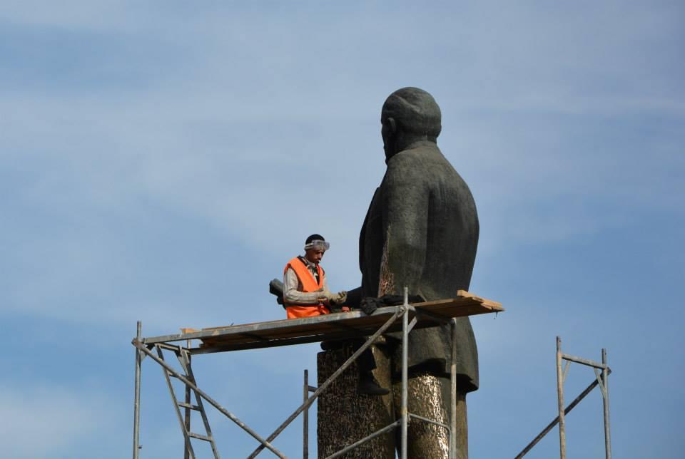 В Симферополе полируют памятник Ильичу