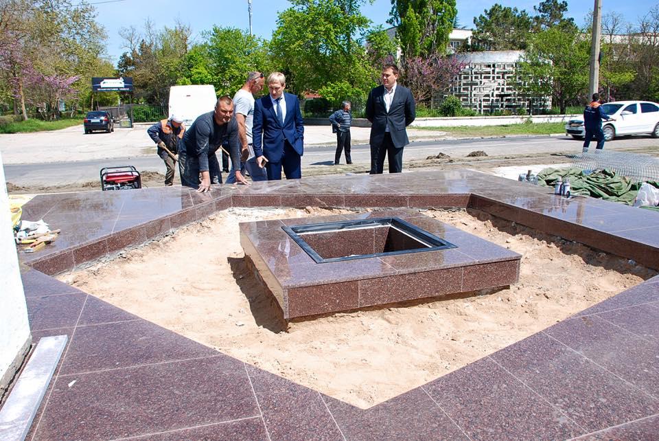 В Евпатории за 10 дней восстановили стелу Памяти