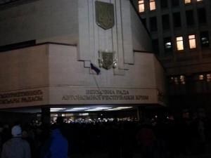 Российский фоаг на франтоне Верховного Совета Крыма. Люди скандируют: снять тризуб!