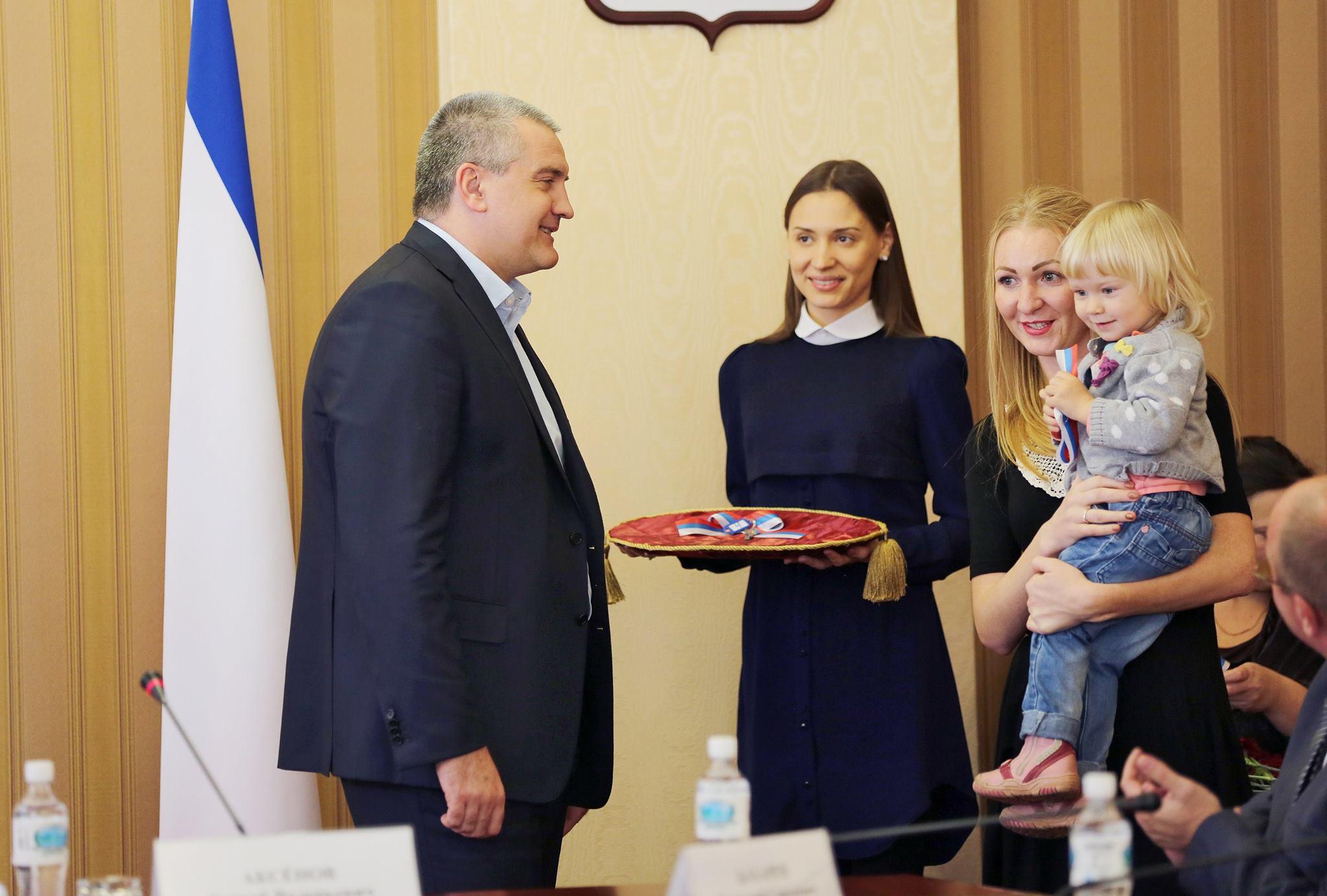 Сергей Аксенов вручил  ключи от квартир детям-сиротам Крыма