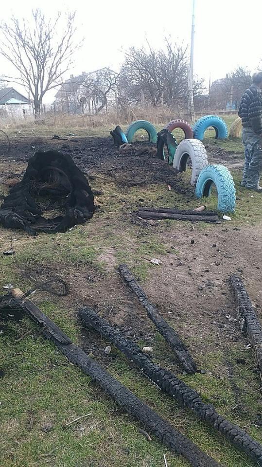 Вандалы изуродовали детскую площадку в Ливадках