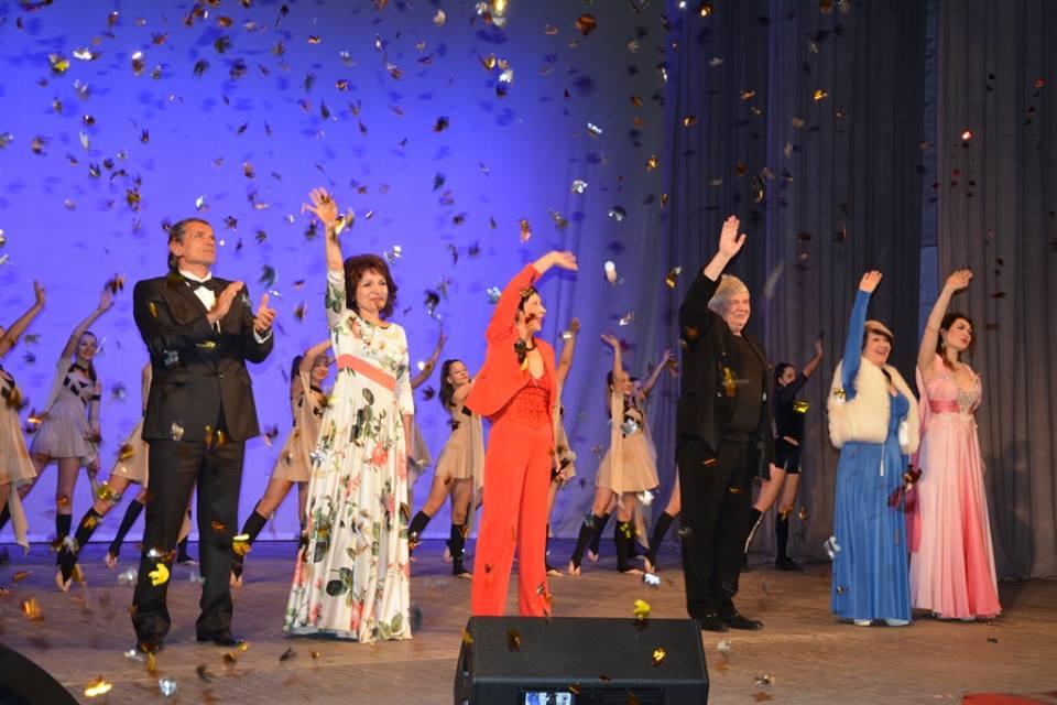 Женщин Евпатории красочно поздравили с 8 Марта