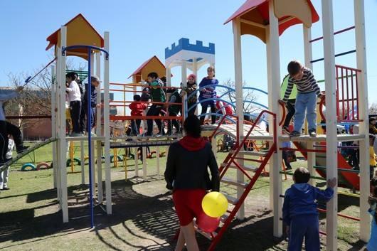 Детская площадка — в каждый крымский двор