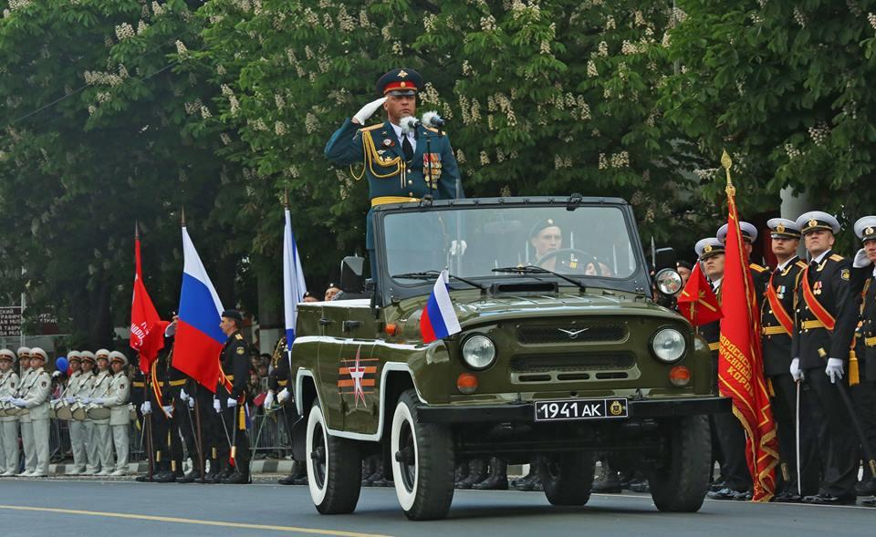 В Симферополе впервые состоялся военный парад