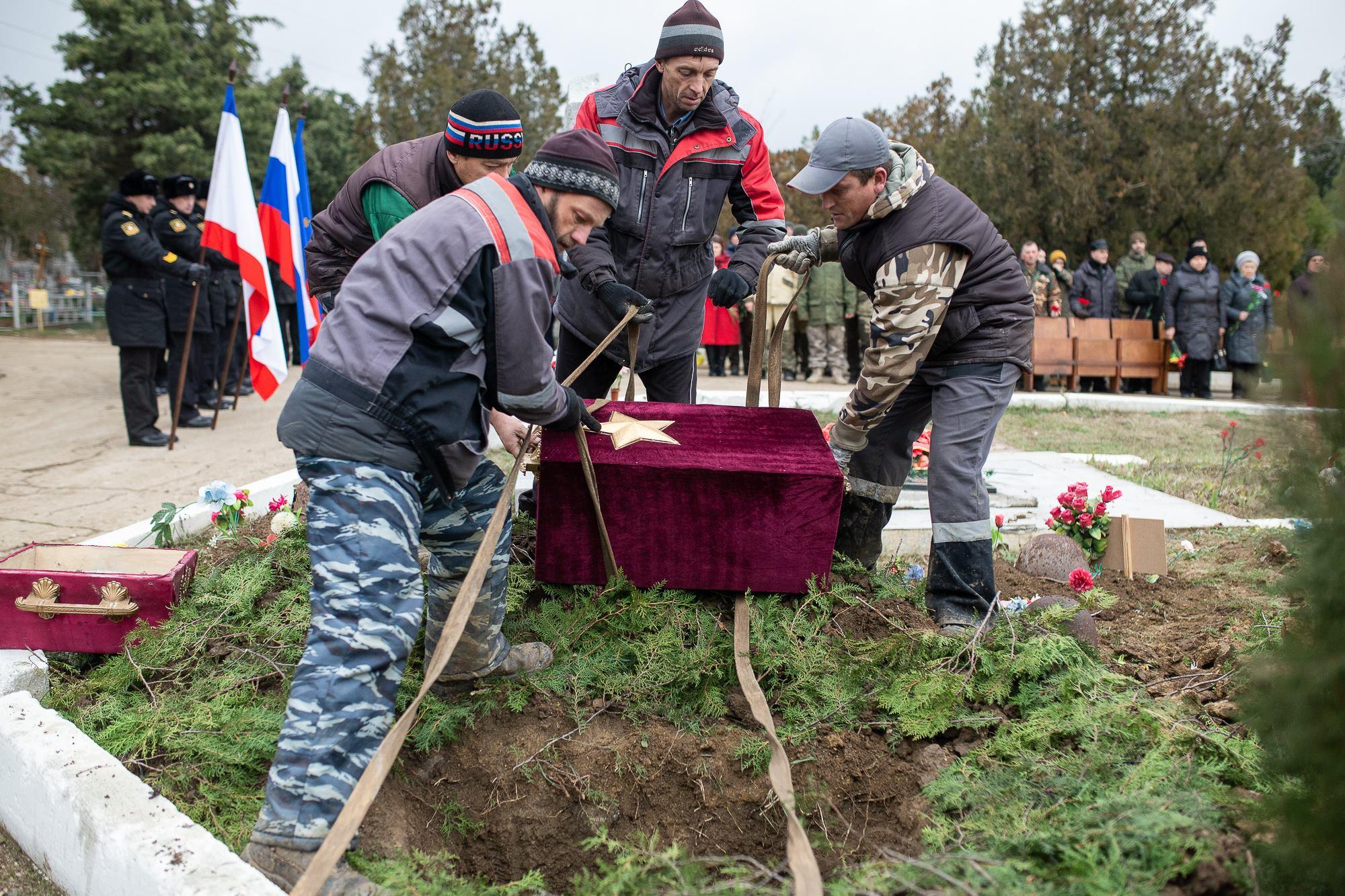 В Феодосии с воинскими почестями перезахоронили останки бойцов, погибших за Крым
