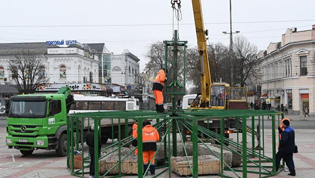 В Симферополе начали устанавливать главную новогоднюю елку города