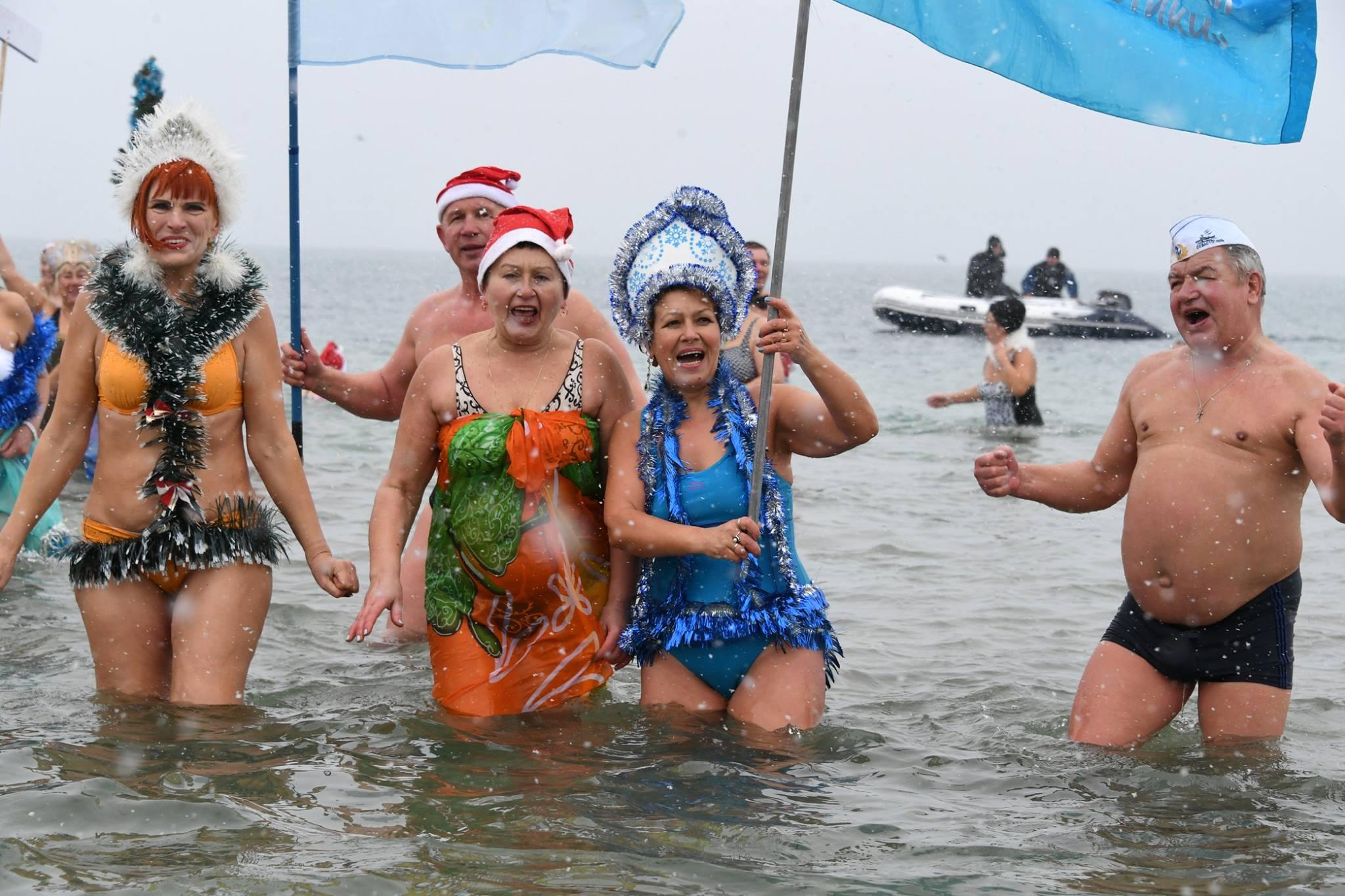 В Евпатории состоялся Рождественский заплыв любителей зимнего плавания