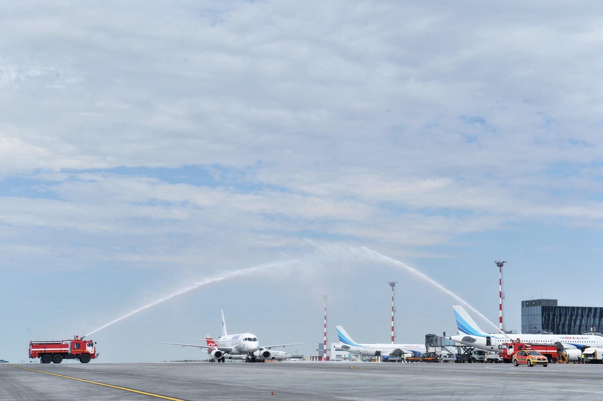 Первый рейс новой авиакомпании в аэропорту Симферополя встретили водной аркой
