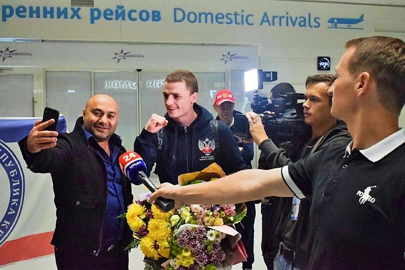В Крыму торжественно встретили чемпиона мира по боксу