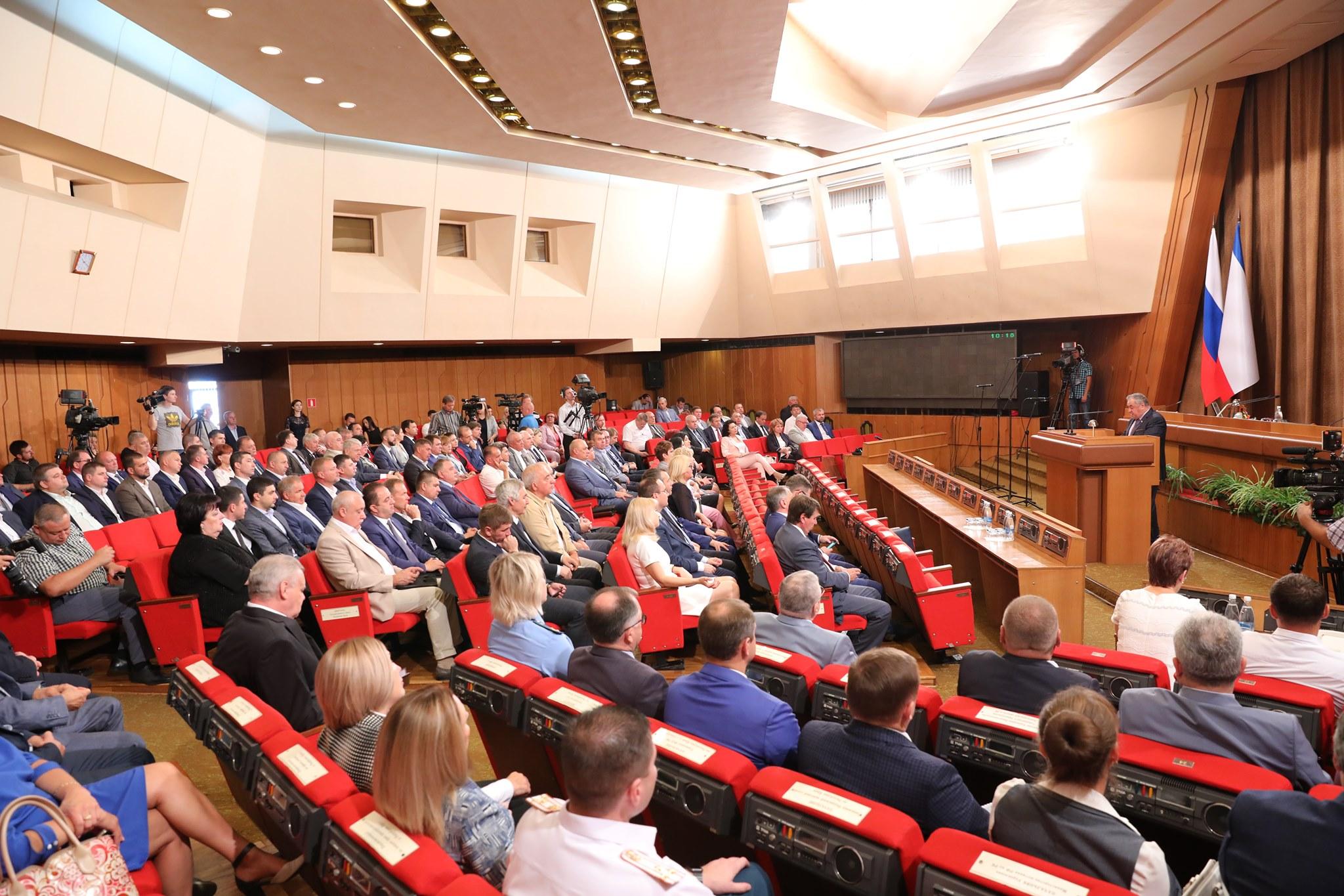 Новый состав парламента Крыма сегодня приступил к работе