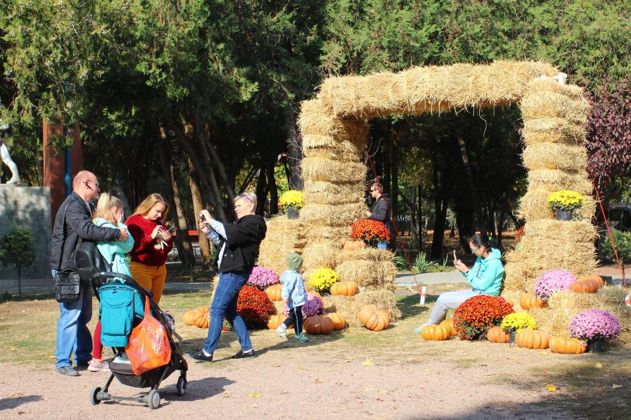 В парках Симферополя впервые создали стационарные осенние фотозоны