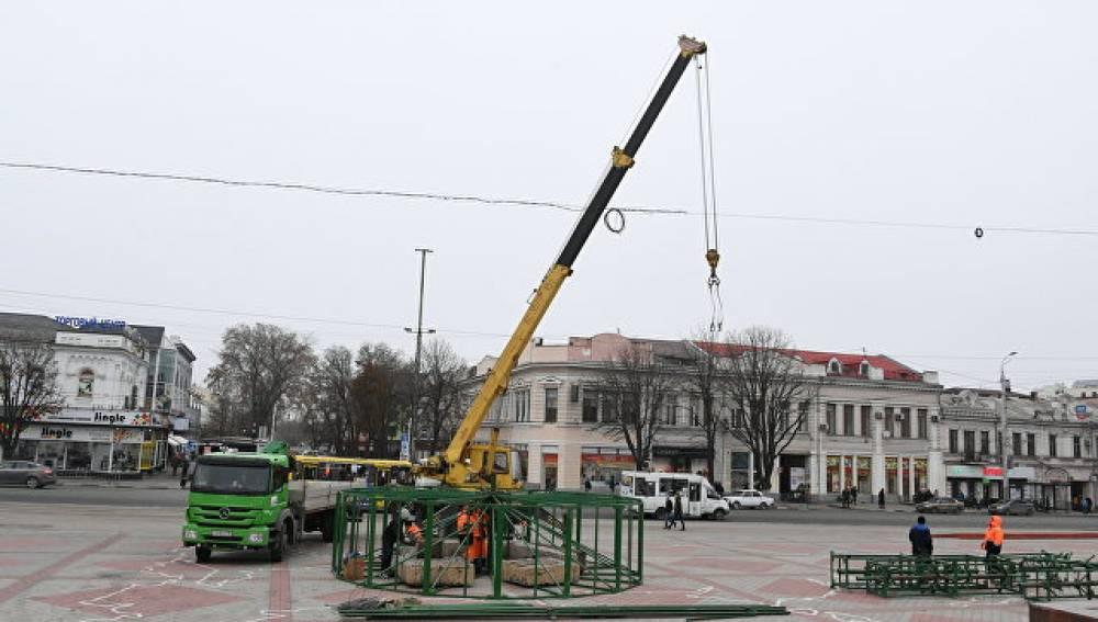 В Симферополе  устанавливают главную новогоднюю елку