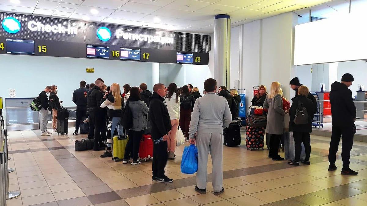 Туристы уезжают из Крыма